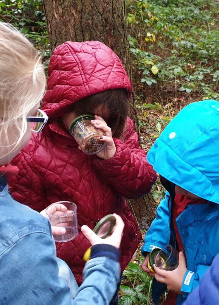 jonge onderzoekers ontdekken de natuur
